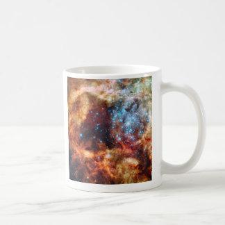 Nacimiento del cúmulo de estrellas cósmico del taza de café