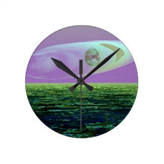 Nacimiento extraño del mundo de la tierra del arte reloj redondo mediano