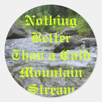 Nada mejor que una corriente fría de la montaña pegatina redonda