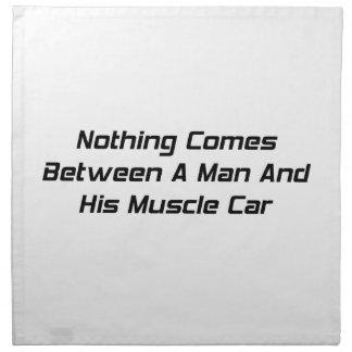 Nada viene entre un hombre y su coche del músculo servilleta de papel