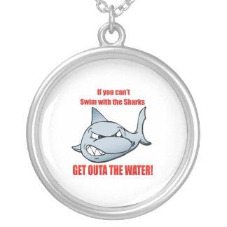 Nadada con los tiburones colgante redondo