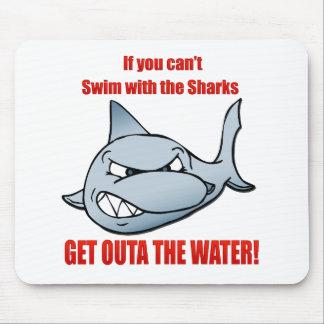 Nadada con los tiburones tapetes de raton