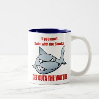 Nadada con los tiburones taza dos tonos