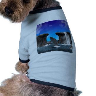 Nadada de los delfínes y salto en el mar camisetas de mascota