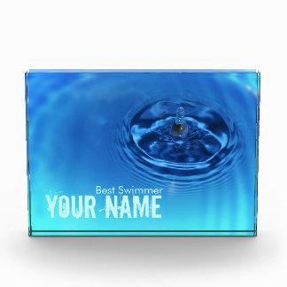 Nadador del premio del descenso del agua azul de