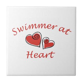 Nadador en el corazón azulejo cuadrado pequeño