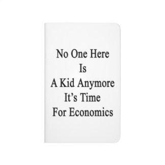 Nadie aquí es un niño que es más hora para Economi Cuaderno Grapado