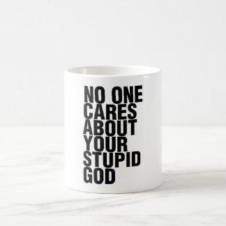 Nadie cuida sobre su dios estúpido taza clásica
