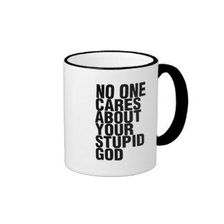 Nadie cuida sobre su dios estúpido taza de dos colores