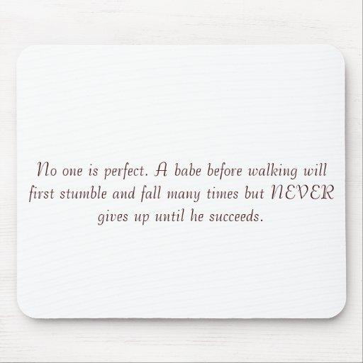 Nadie es perfecto. Un bebé antes de caminar f… Alfombrillas De Ratones