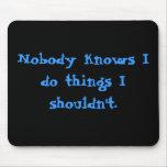 Nadie sabe que hago cosas que no debo. alfombrillas de ratón