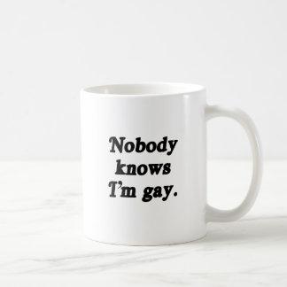 Nadie sabe que soy gay - .png taza básica blanca