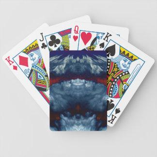 Naipes amenazadores rojos y azules de las nubes po cartas de juego