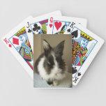 Naipes blancos negros del conejo del angora barajas de cartas