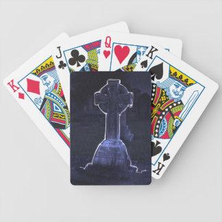 Naipes cruzados de la lápida mortuaria baraja cartas de poker