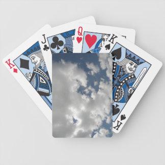 Naipes de los cielos nublados barajas de cartas