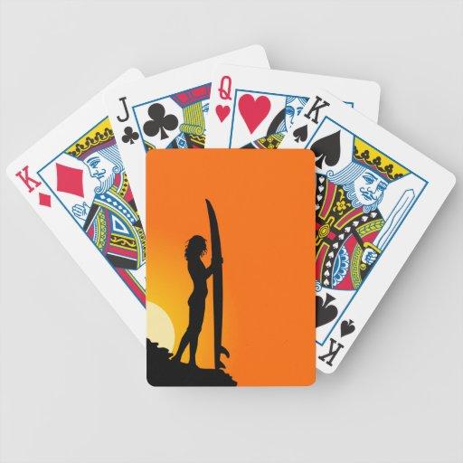Naipes del chica de la persona que practica surf baraja cartas de poker