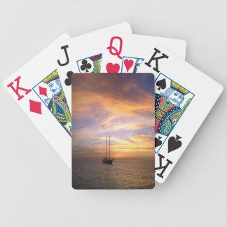 Naipes escénicos con puesta del sol magnífica y el baraja de cartas