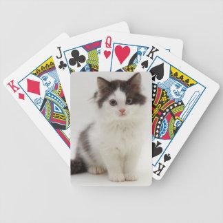 Naipes mullidos blancos y negros del gatito barajas