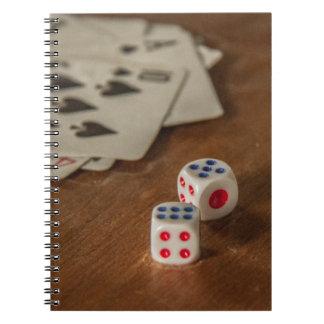 Naipes y cuaderno de los dados