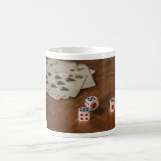 Naipes y taza de los dados