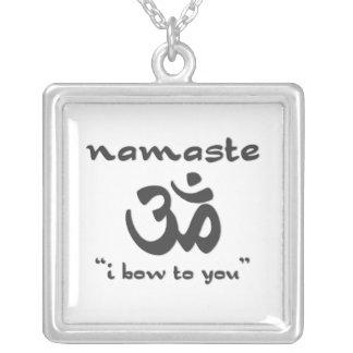 Namaste - arqueo a usted (en negro) colgante cuadrado
