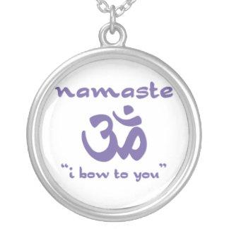 Namaste - arqueo a usted (en púrpura) collar plateado