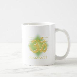 Namaste - arqueo a usted (en verde) taza clásica