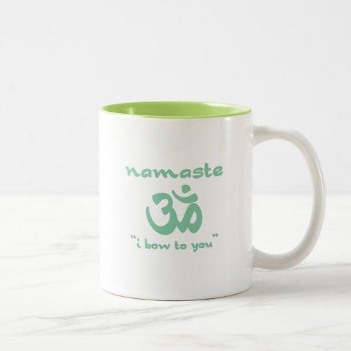 Namaste - arqueo a usted (en verde) taza dos tonos