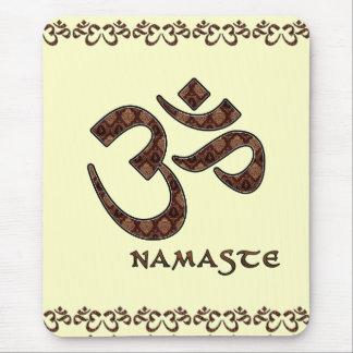 Namaste con el símbolo Brown de OM y la crema Alfombrillas De Ratón