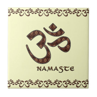 Namaste con el símbolo Brown de OM y la crema Azulejo Cuadrado Pequeño