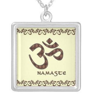 Namaste con el símbolo Brown de OM y la crema Collar Plateado