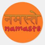 Namaste en escritura inglesa y del Hindi Pegatina Redonda