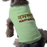 Namaste en escritura inglesa y del Hindi Ropa De Perro