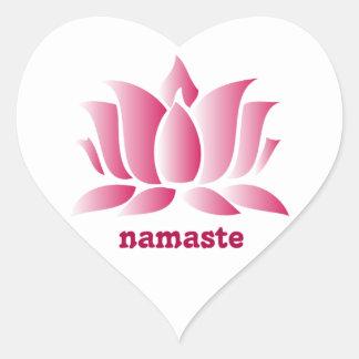 namaste rosado del loto de la yoga pegatina en forma de corazón