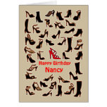 Nancy calza la tarjeta del feliz cumpleaños