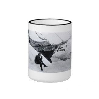 """Nansen con """"Fram"""" en el hielo Taza De Dos Colores"""