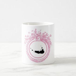 Nantucket rosado y negro taza básica blanca