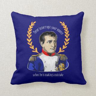 Napoleon Bonaparte - nunca interrumpa a su enemigo Cojín