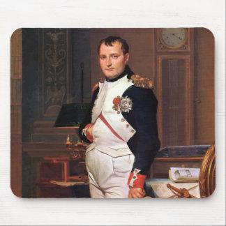 Napoleon que presenta en su estudio alfombrillas de raton