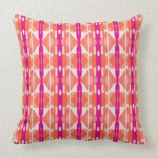 Naranja blanco y almohada de tiro modelada rosa