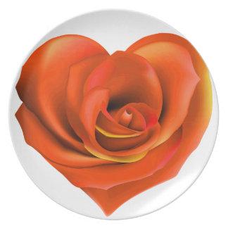Naranja brillante del corazón color de rosa plato para fiesta