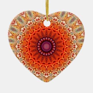 Naranja caleidoscópico de la flor y diseño del adorno navideño de cerámica en forma de corazón