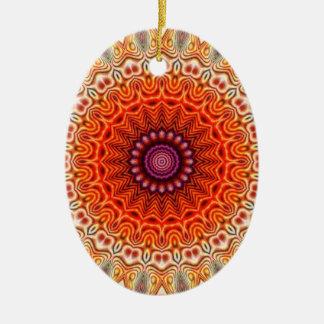 Naranja caleidoscópico de la flor y diseño del adorno navideño ovalado de cerámica