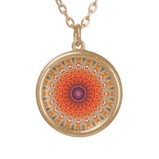 Naranja caleidoscópico de la flor y diseño del collar dorado