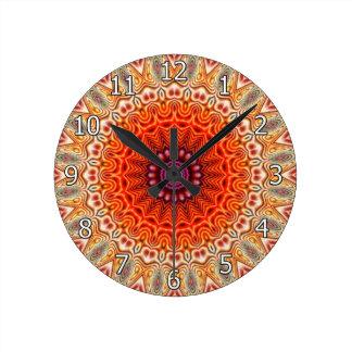 Naranja caleidoscópico de la flor y diseño del reloj redondo mediano