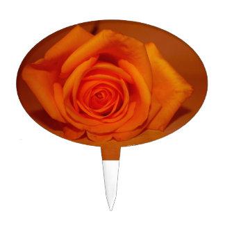 Naranja colorized subió contra fondo anaranjado decoración de tarta