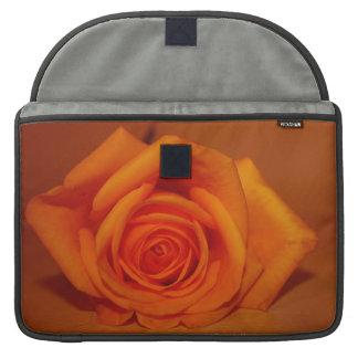 Naranja colorized subió contra fondo anaranjado funda para macbooks