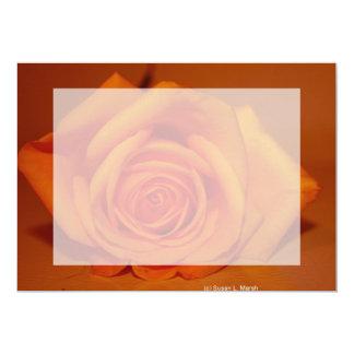 """Naranja colorized subió contra fondo anaranjado invitación 5"""" x 7"""""""