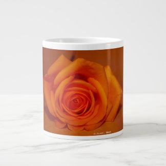 Naranja colorized subió contra fondo anaranjado taza grande